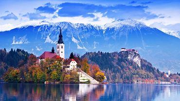 Ciężko stworzyć listę najbardziej malowniczych miasteczek Europy. Jest ich tak dużo, że zawsze któreś zostanie pominięte. Prezentujemy Wam subiektywny wybór malowniczych miasteczek Europy - miasteczek maleńkich i trochę większych - do ok. 100 tys. mieszkańców. Jeśli o czymś zapomnieliśmy, przypomnijcie nam o tym w komentarzach. Na zdjęciu:   Bled, Słowenia. Położony nad szmaragdowym jeziorem, otoczony Alpami Julijskimi Bled jest jednym z najbardziej malowniczych miasteczek w Słowenii. O popularności Bled, poza pięknym położeniem, decydują też gorące źródła o leczniczych właściwościach. Latem lasy otaczające Bled kuszą zielenią, ale równie pięknie i dużo bardziej tajemniczo Bled prezentuje się późną jesienią i zimą.