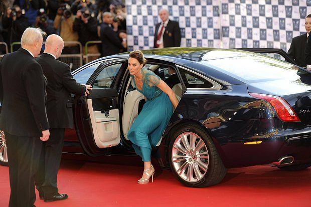 Ksi���ca para pojawi�a si� na gali z okazji nadchodz�cych Igrzysk Olimpijskich. Ksi��� za�o�y� smoking, a ksi�na - wspania��, turkusow� sukni� z koronkowymi plecami i paskiem podkre�laj�cym sukni�. ''To najlepsza kreacja Kate'' - pisz� brytyjskie media.