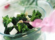 Sałatka z brokułów z fetą - ugotuj