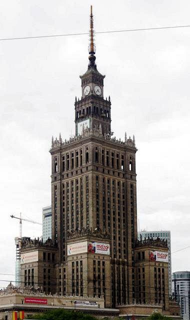 Pa�ac Kultury ma z iglic� 230,7 m, bez iglicy - 188 m.