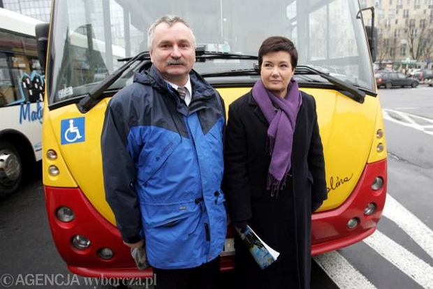 Leszek Ruta z Hanną Gronkiewicz-Waltz przed ratuszem podczas prezentacji pierwszego mikrobusa przed startem linii 201 między Bemowem a Kołem