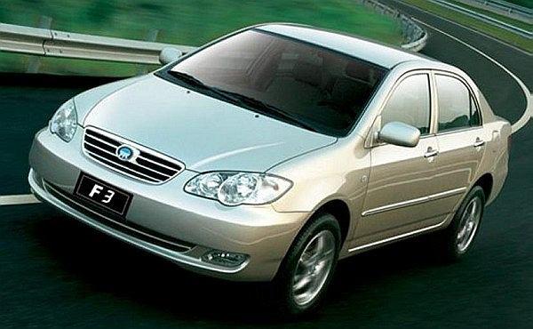 BYD F3 z przodu i z boku do złudzenia przypomina Toyotę Corollę poprzedniej generacji