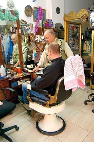 Golimy? Strzyżemy? Mustafa prowadzi swój zakład na starym mieście w Nablusie już od pół wieku.