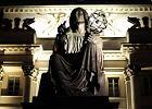 O�wietlaj� pomniki na Krakowskim Przedmie�ciu
