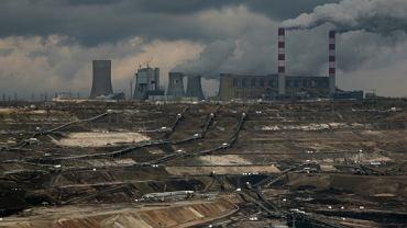 Kopalnia odkrywkowa i elektrownia w tle, Bełchatów. Elektrownia w Bełchatowie emituje rocznie 33 mln ton dwutlenku węgla, jedną tysięczną tego, co produkuje cała ludzkość