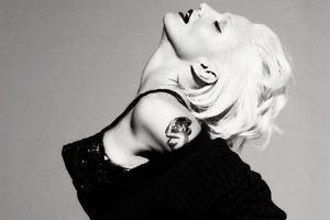 Cameron Diaz wystylizowana na Madonn� wzi�a udzia� w sesji zdj�ciowej dla magazynu V. Na zdj�ciach aktorka do z�udzenia przypomina kr�low� popu z lat 90. a sama stylizacja nawi�zuje do wizerunku Madonny z Blonde Ambition Tour. My jeste�my pod wra�eniem sesji i podobie�stwa pomi�dzy paniami. A jakie jest wasze zdanie?