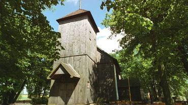 Kicin leży na skraju Puszczy Zielonki. Jego atrakcją jest zabytkowy drewniany kościół pw. św. Mikołaja