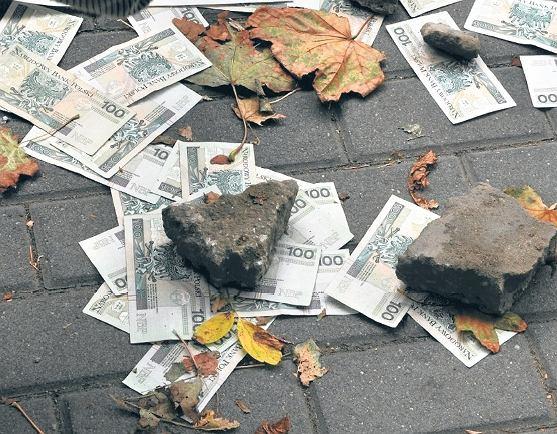 Pieniądze rozsypane na ulicy po jednym z napadów na bank