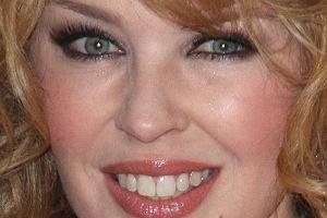 Kylie Minogue sko�czy w tym roku 42 lata. Wiadomo, ma na koncie kup� kasy i mo�e pozwoli� sobie na to, by zlikwidowa� ka�d� zmarszczk�, kt�ra pojawia si� na jej twarzy. Nie wierzymy, �e jest w 100% naturalna. Doceniamy jednak, �e w przeciwie�stwie do innych gwiazd, tak w�a�nie wygl�da. Zgadzacie si� z nami?