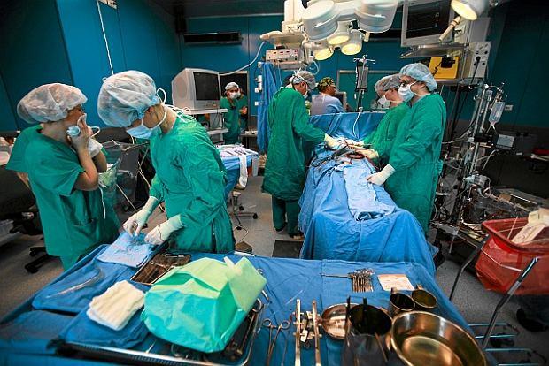 Lekarze na sali operacyjnej