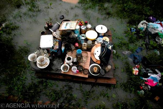 Suszenie rzeczy zalanych przez powódź w jednym z domów w Zalesiu Gorzyckim.