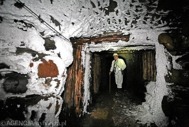 Wieliczka. Nadsztygar Jan Kucharz w dawnej kopalni soli prezentuje nową trasę turystyczną ''Szlaki nowej przygody'', która obejmuje rejony kopalni do tej pory niedostępne dla zwiedzających