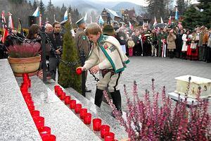 Ziemia ze Smoleńska wmurowana w replikę krzyża na Giewoncie