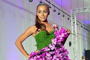Gwiazdy pojawiły się na Floral Fashion Show, czyli pokazie inspirowanym kwiatami. Na wybiegu pojawiły się znane damy. Wśród nich Ola Szwed.