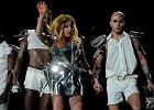 Lady Gaga RZUCI�A BUTAMI W FAN�W. Wideo