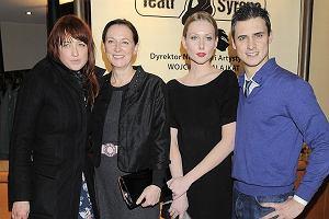 Mama, siostra i �ona Mateusza Dami�ckiego przyby�y na premier� spektaklu Skazani na Shawshank w Teatrze Syrena. Wszystkie ch�tnie pozowa�y z Mateuszem. Poznajcie najwa�niejsze kobiety w �yciu aktora.