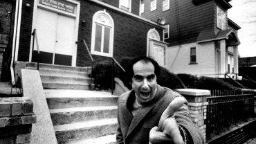 Philip Roth przed jesziwą w Newark, swoim mieście rodzinnym