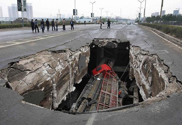 Ciężarówka wpadła do dziury w drodze