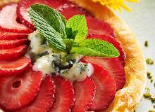 Tarta z sera blue z truskawkami i orzechami - ugotuj