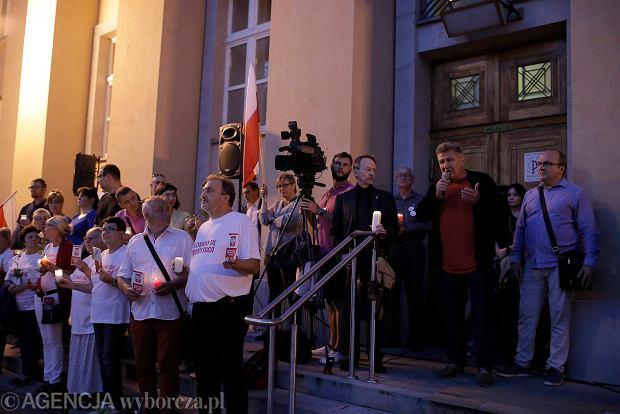 Zdjęcie numer 45 w galerii - Tłumy przed Sądem Okręgowym w Łodzi. Kolejny dzień protestów przeciwko zmianom PiS w sądownictwie [ZDJĘCIA]