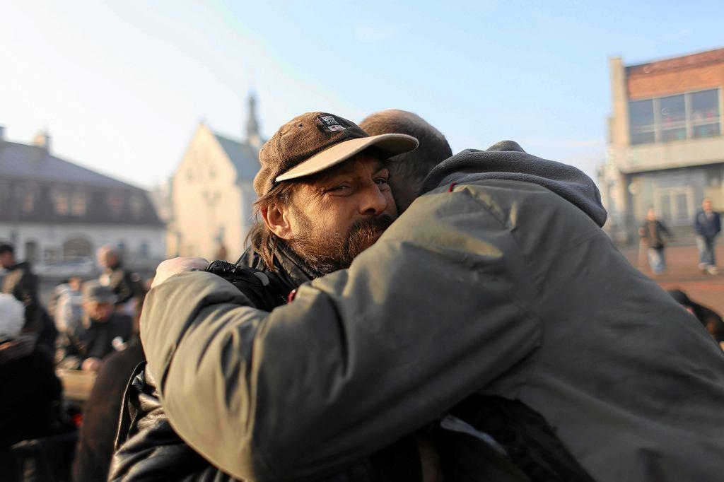 Stary Rynek w Częstochowie. Ubiegłoroczna wigilia dla bezdomnych, samotnych i potrzebujących (fot. Grzegorz Skowronek / Agencja Gazeta)