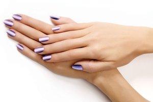 Fio�kowy manicure Essie. Spr�buj czego� nowego i sku� si� na fiolet [PORADNIK]