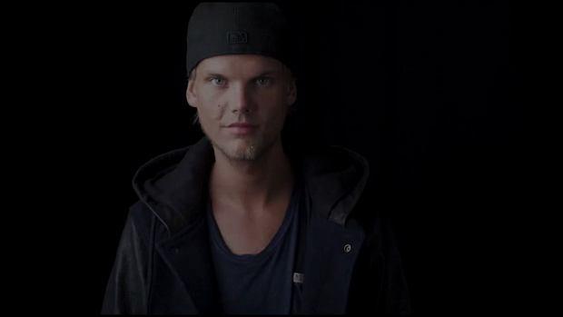 Szwedzki DJ Tim Bergling, znany pod pseudonimem Avicii, został znaleziony martwy w Omanie. Muzyk miał 28 lat. Avicii był jedną z największych gwiazd elektronicznej muzyki tanecznej. Przyczyny zgonu nie podano.
