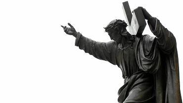 Figura Chrystusa przed kościołem św. Krzyża