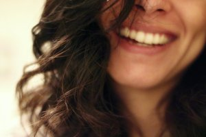 5 sposobów na zmycie makijażu, jeśli nie masz przy sobie kosmetyków do demakijażu