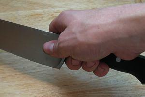 Pedofil z nożem grasuje w Gorzowie Wielkopolskim. Atakuje od tyłu i zaciąga w krzaki