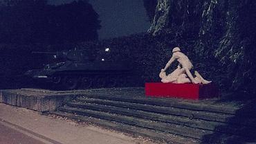 """Kontrowersyjna rzeźba """"Komm Frau"""""""