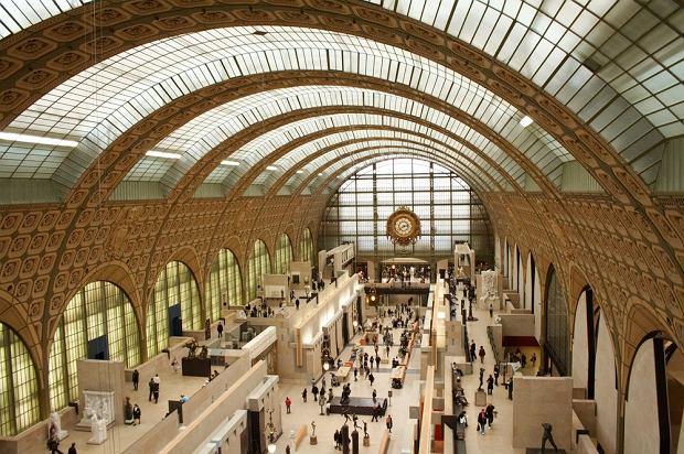 Musée d'Orsay, Paryż - 2,985,510 odwiedzających rocznie.  Przed budynkiem dawnego dworca kolejowego stoi nieustanna kolejka. Nigdzie indziej na świecie nie zobaczymy w jednym miejscu tylu wspaniałych płócien impresjonistów. Ekspozycja w trzypoziomowym D'Orsay obejmuje dzieła m.in. Moneta, van Gogha, Renoira. Ponadto m.in. kolekcje rzeźb i fotografii.
