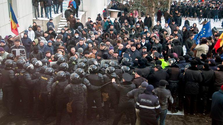Demonstracja pod siedzibą rządu Mołdawii, Kiszyniów.