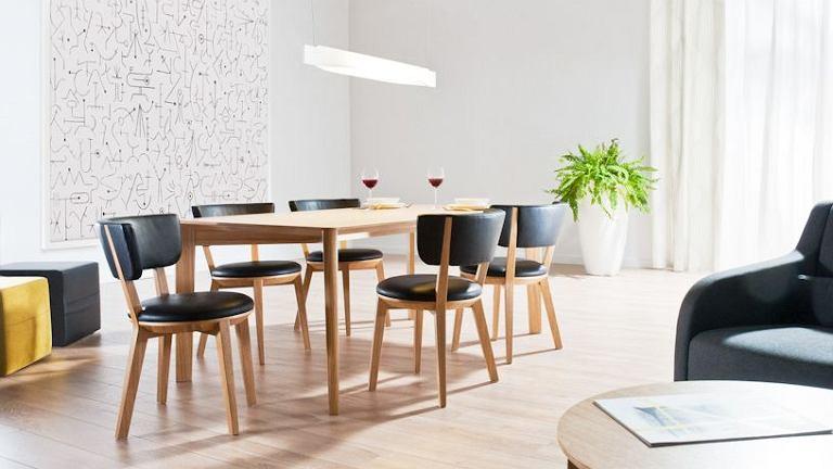 Aranżacja jadalni, w której wykorzystano krzesła Gnu, projekt Tomek Rygalik dla Comforty, w tapicerce skórzanej.