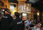 Policja kontroluje jeden z pubów w Pradze