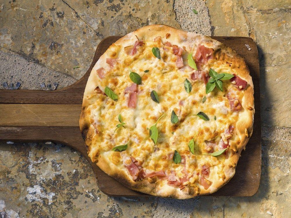 Domowa pizza z szynką