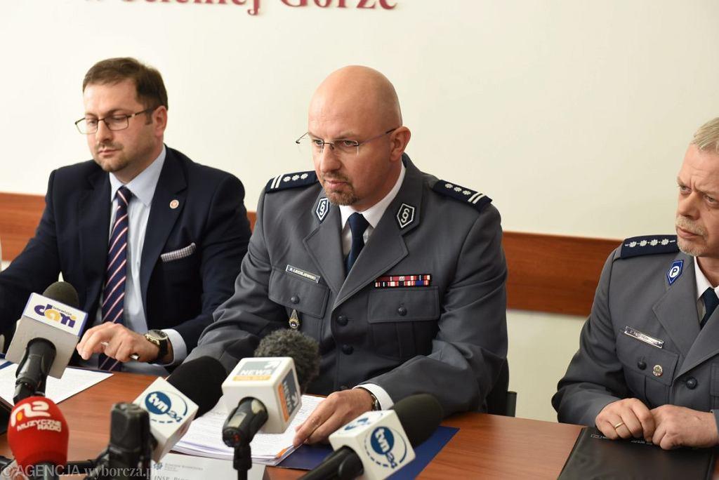 Piotr Leciejewski (drugi od lewej) na konferencji w sprawie śmierci Magdaleny Żuk (fot. Kornelia Głowacka-Wolf / AG