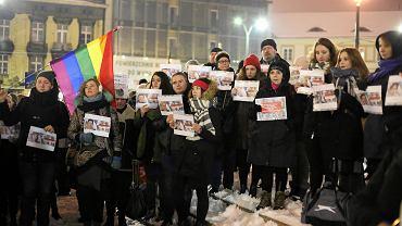 Na placu Wolności protestowało 350 osób.  Protest wywołały wydarzenia z 10 stycznia, gdy posłowie już w pierwszym czytaniu odrzucili projekt obywatelskiej ustawy liberalizującej prawo aborcyjne. Stało się tak głównie za sprawą PiS, ale przyczyniły się do tego także PO i Nowoczesna.