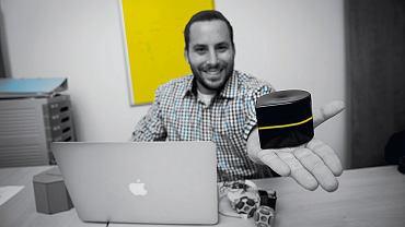 Tuvia Alboim z Uniwersytetu Hebrajskiego w Jerozolimie prezentuje minidrukarkę, która poruszając się po papierze, odbiera sygnał z telefonu komórkowego czy laptopa i drukuje dokumenty