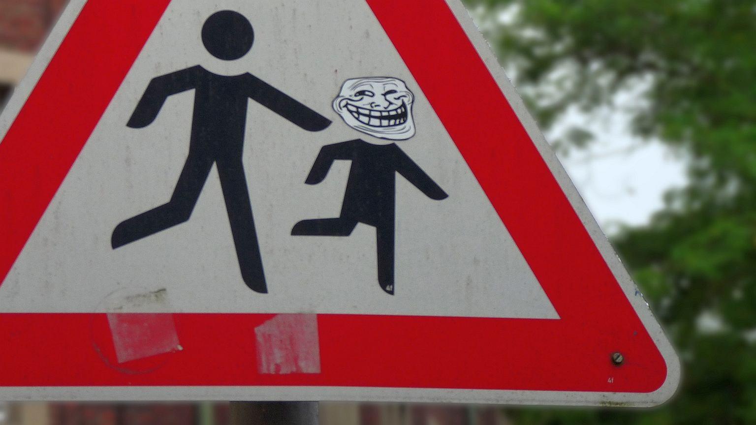 Trollface, legendarna już 'gęba' trolla, na znaku drogowym w Niemczech