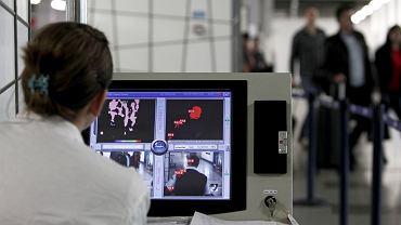 Mierzenie temperatury pasażerów na lotnisku w stolicy Macedonii Skopje