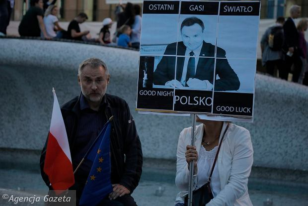 Zdjęcie numer 44 w galerii - Tłumy przed Sądem Okręgowym w Łodzi. Kolejny dzień protestów przeciwko zmianom PiS w sądownictwie [ZDJĘCIA]