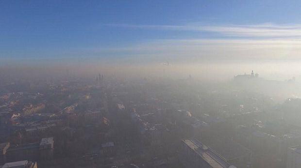 Zdjęcie numer 0 w galerii - Warstwa smogu przykryła Kraków - zdjęcia z drona
