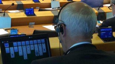 """Relaks w Parlamencie Europejskim. Przed wami Janusz Korwin-Mikke. """"Przed po�udniem te� uk�ada�em"""""""