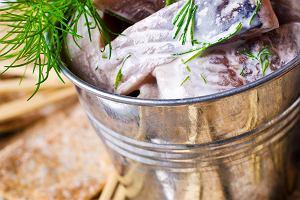 Skomponuj sylwestrowe menu już dziś! - Śledzie w sosie śmietanowo - koperkowym - Przepis kulinarny