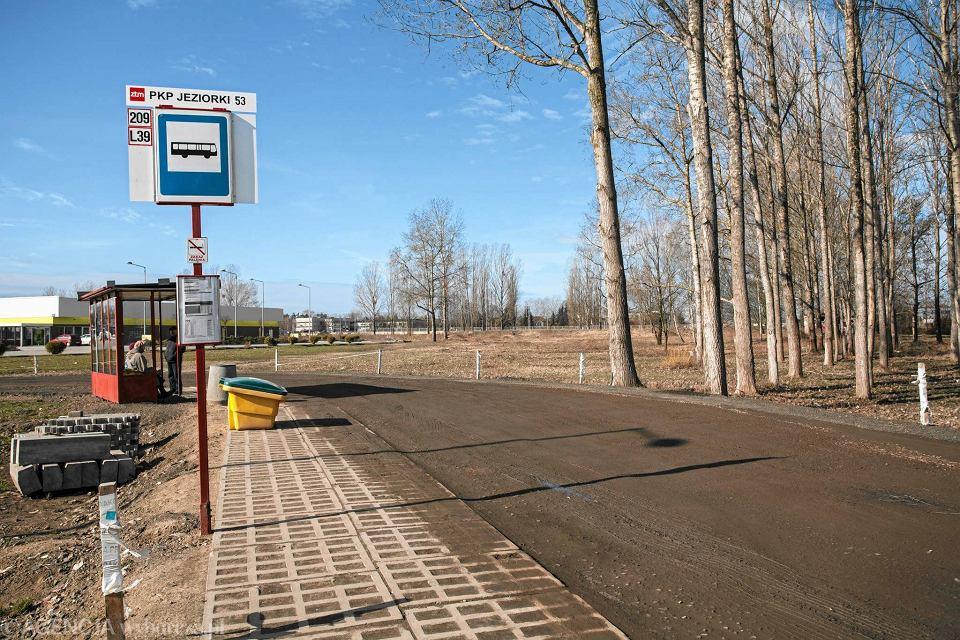 Przystanek autobusowy na osiedlu Jeziorki na Ursynowie