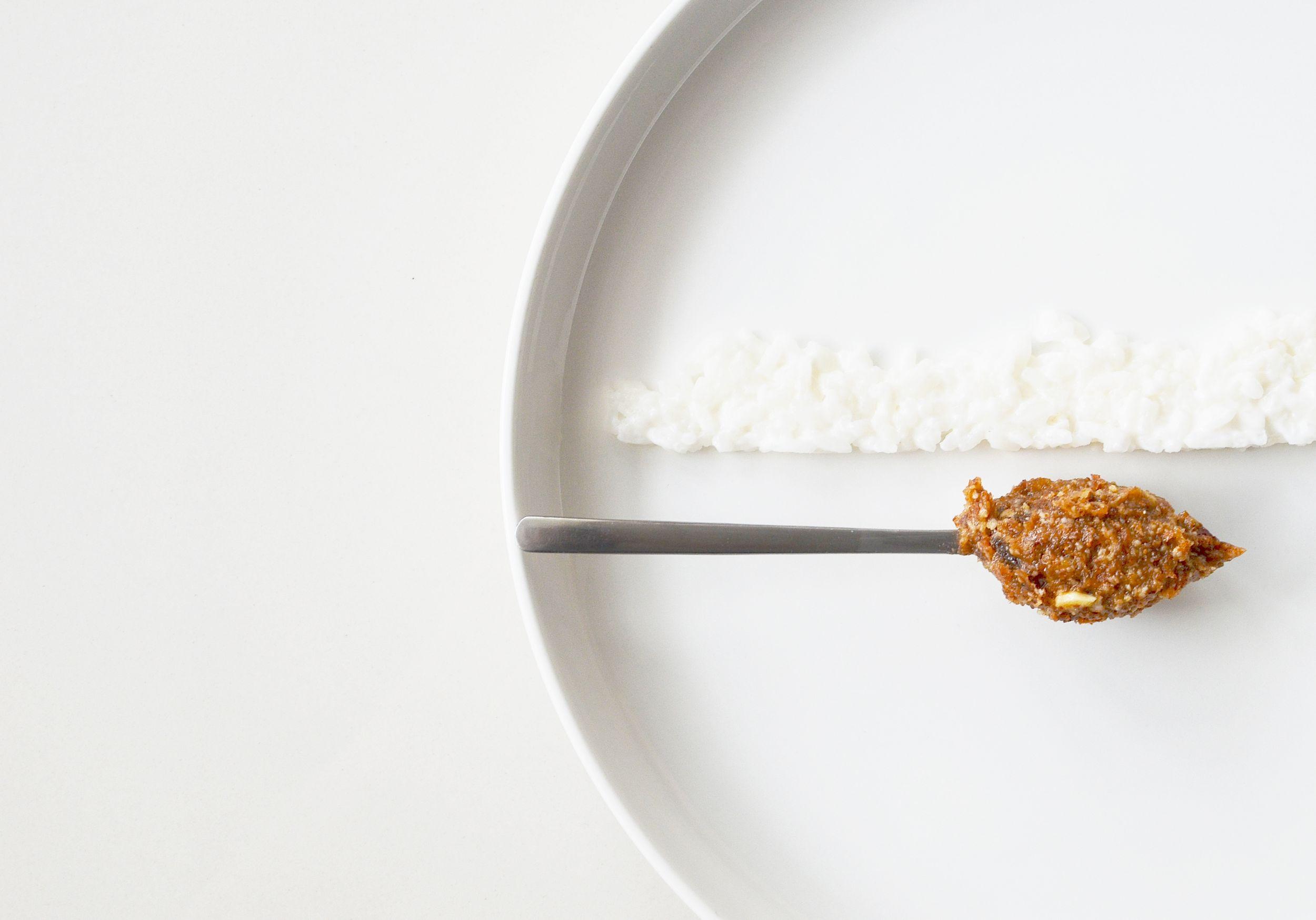 Wyszukany deser: cytrynowy ryż jaśminowy, mleko kokosowe, pasta z rodzynek i migdałów (fot. Jagna Niedzielska / Architektura Kulinarna)