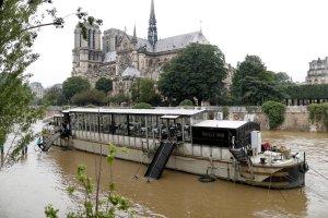 Pow�d� w Pary�u: turystyczna ikona znalaz�a si� pod wielk� wod�