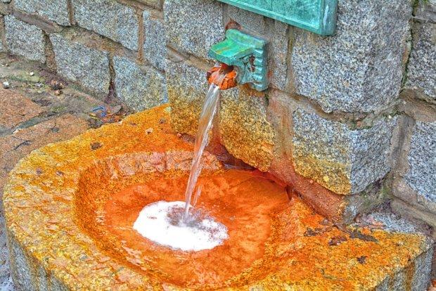 W Kołobrzegu i okolicach występują źródła borowiny, solanki oraz bogatej w minerały wody mineralnej.