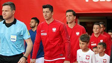 Polska - Chile 2:2 w Poznaniu. Kapitan reprezentacji Polski, Robert Lewandowski, za nim Wojciech Szczęsny.